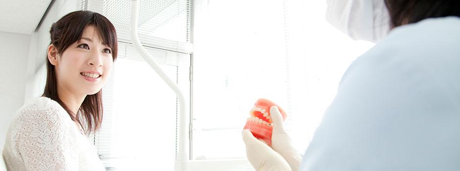 入れ歯り費用は保険適用と自費義歯で大きく異なります